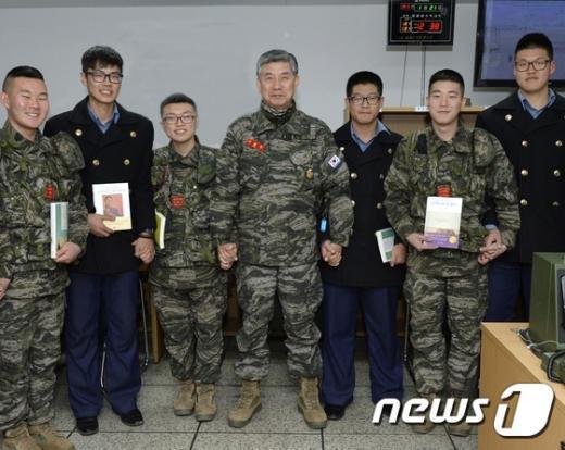 [사진]이영주 해병대사령관, 우도 작전지도