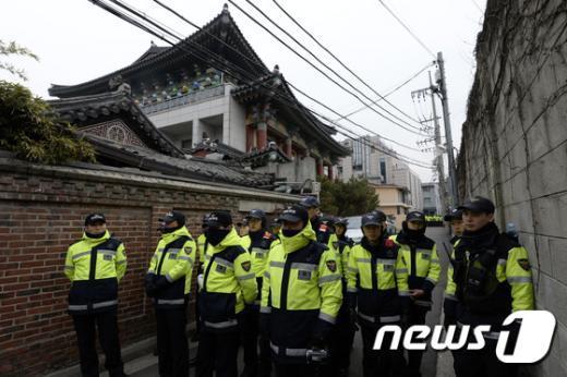 지난 25일 서울 종로구에 있는 한국불교태고종 총무원 앞에 경찰들이 충돌을 막기 위해 서 있다. (뉴스1 DB) © News1 안은나 기자