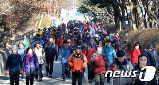 [사진]낮부터 기온 회복 '북적이는 등산로'