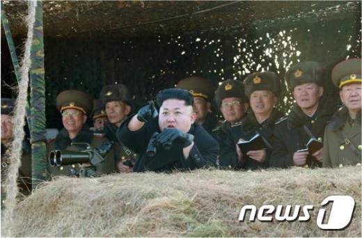 [사진]'김정은이 가리키는 곳은?'