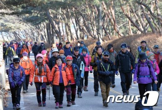 [사진]'평년 기온 회복, 북적이는 등산로'