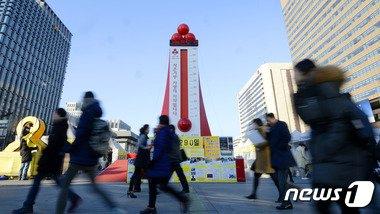 사랑의 온도탑 모금 종료를 하루 앞둔 지난달 30일 오후 서울 광화문 광장에 설치된 온도탑이 99.3도를 가리키고 있다./뉴스1 © News1 안은나 기자