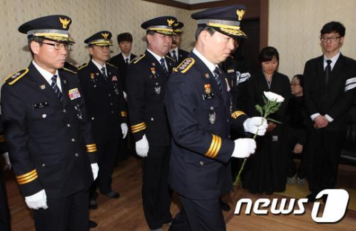 [사진]헌화하는 강신명 경찰청장