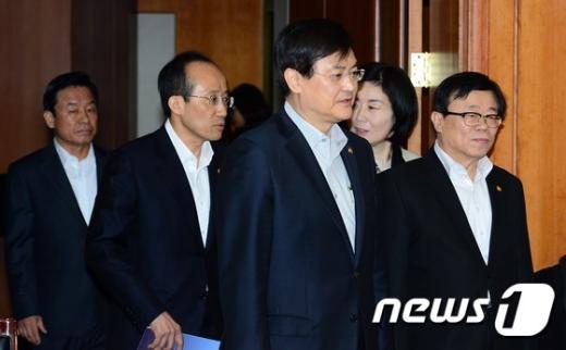 [사진]회의 참석하는 국무위원들