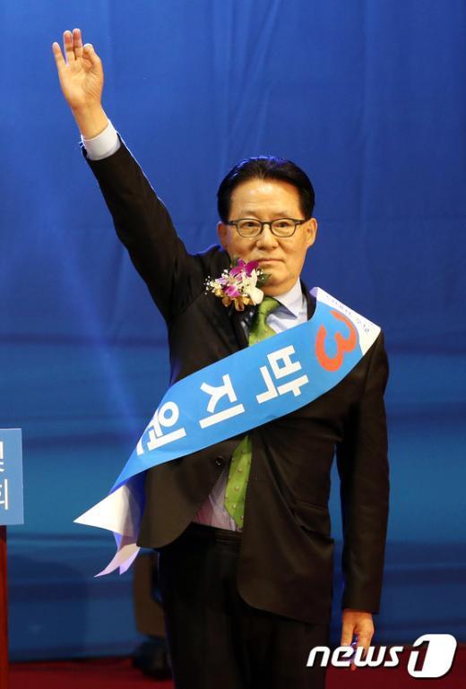 [사진]인사하는 박지원 후보
