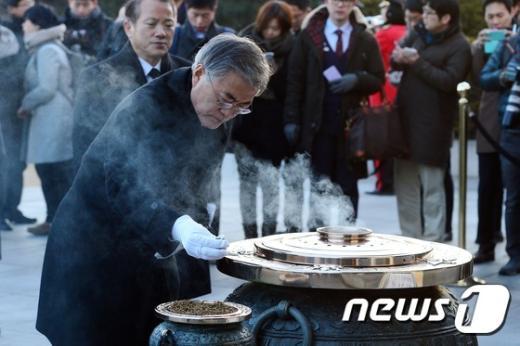 [사진]현충원 참배하는 문재인 새정치민주연합 대표