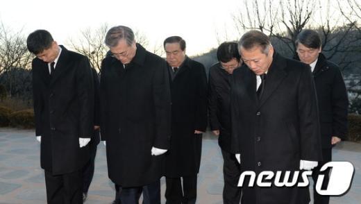 [사진]김대중 전 대통령 묘역 참배하는 문재인