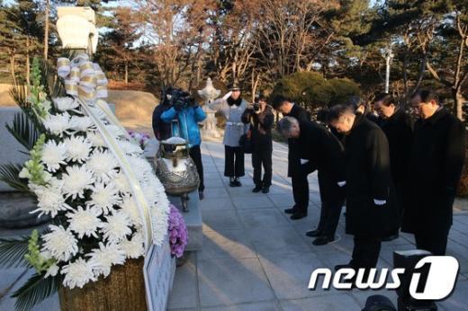 [사진]문재인 대표, 이승만 전 대통령 묘역 참배