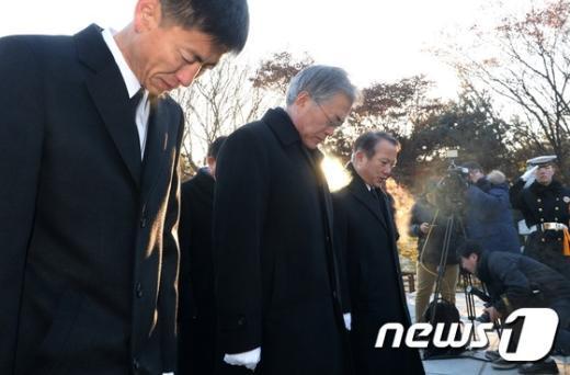 [사진]대표 첫 날, 이승만 묘역 찾은 문재인
