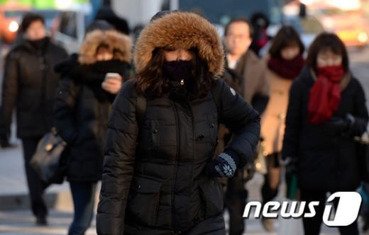 아침 한파가 기승을 부린 9일 오전 서울 종로구 광화문 네거리에서 시민들이 발걸음을 재촉하고 있다. 기상청에 따르면 이날 아침 최저 기온이 영하 17도까지 떨어졌다. 2015.2.9/뉴스1© News1 윤혜진 기자