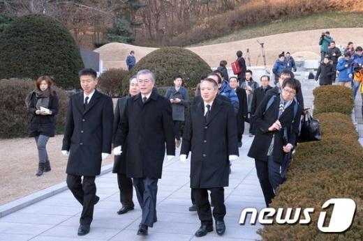 [사진]박정희 전 대통령 묘역 참배 마친 문재인