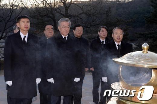 [사진]김대중 묘역 참배하는 문재인 대표