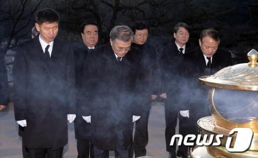 [사진]문재인 대표, 김대중 묘역 참배