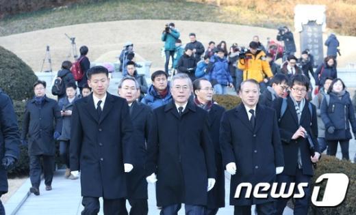 [사진]박정의 前 대통령 묘역 찾은 문재인