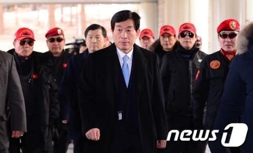 [사진]원세훈 전 국정원장 항소심 출석...빨간모자 쓴 사람들은 누구?