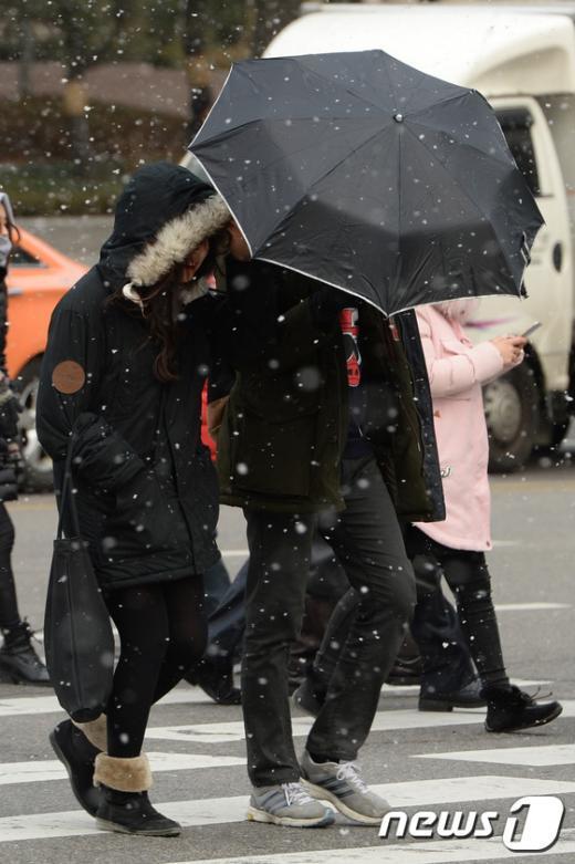 [사진]'우산 가져오길 잘했네'