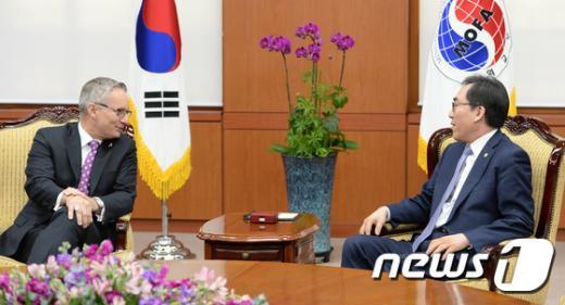 [사진]대화하는 조태열 외교부 2차관