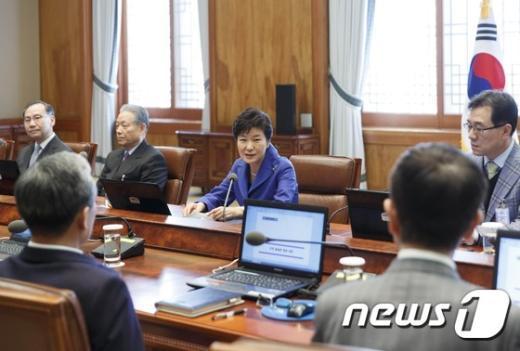 [사진]수석 비서관회의 주재하는 박근혜 대통령