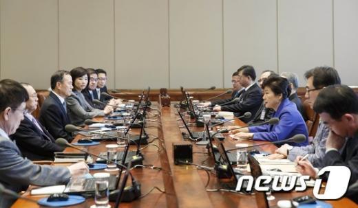 [사진]박 대통령, 수석비서관회의 주재