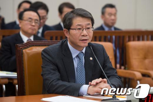 [사진]질의 답하는 류길재 통일부 장관