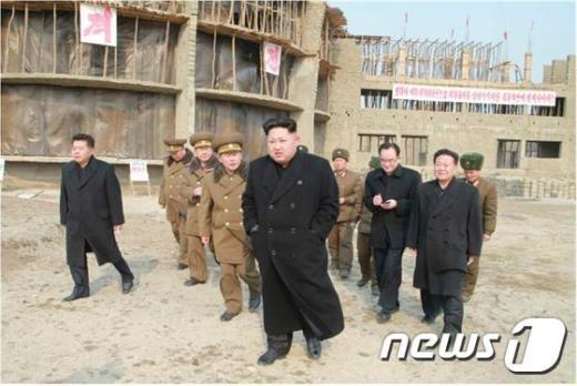 북한 김정은 노동당 제1비서가 원산에 건설 중인 육아원 등 고아 교육시설 건설장을 현지지도 했다고 11일 조선중앙통신이 보도했다.(노동신문) 2015.02.11/뉴스1 © News1 서재준 기자