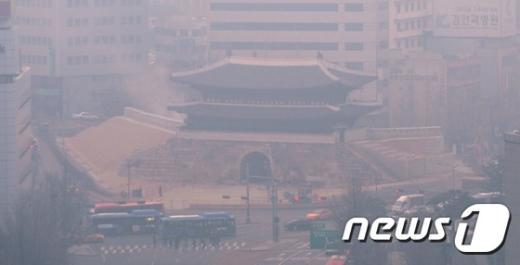 [사진]미세먼지에 뒤덮인 숭례문