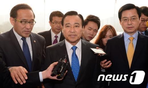 [사진]국회 본청 들어서는 이완구 총리 후보자