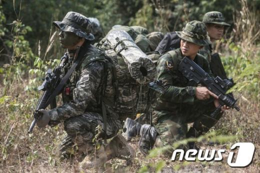 [사진]주변 경계하는 해병대원들