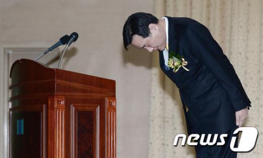 [사진]인사하는 김현웅 서울고검장