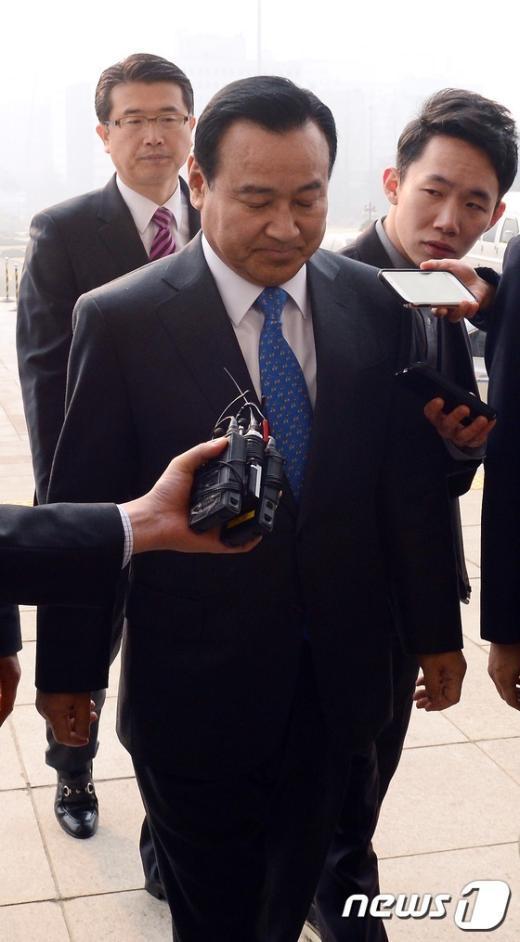 [사진]검증 이틀째... 굳은 표정의 이완구 총리 후보자