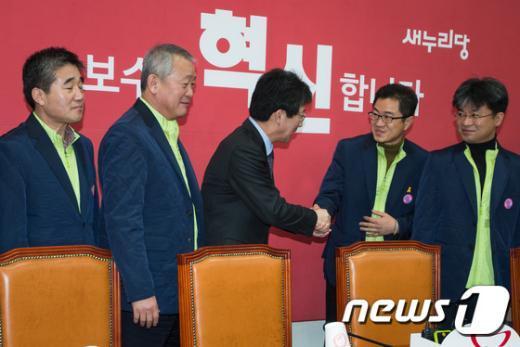 [사진]공무원노조 위원장과 인사하는 유승민 원내대표