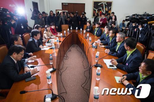[사진]유승민 새누리당 원내대표, '공무원단체 노조 간담회'