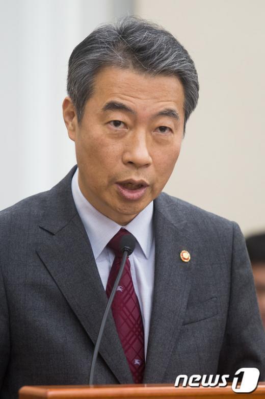 [사진]법안 설명하는 정종섭 행정자치부 장관