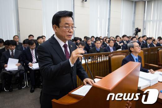 [사진]국회 출석한 박인용 국민안전처 장관