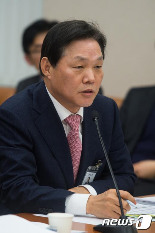 [사진]답변하는 박완수 인천국제공항공사 사장