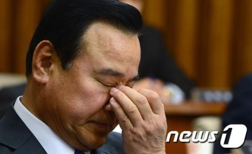 [사진]곤혹스러운 표정의 이완구 총리 후보자