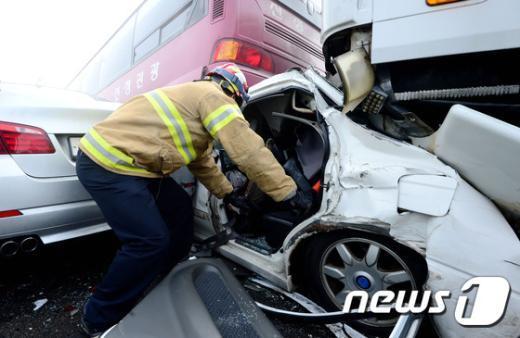 [사진]버스 사이에 형체 알아볼 수 없는 사고 차량