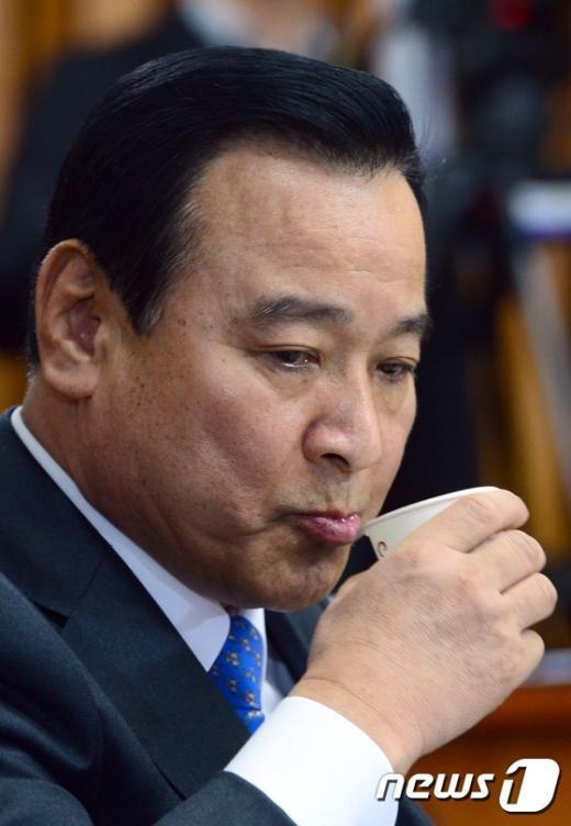[사진]목 타는 이완구 총리 후보자