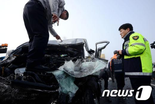 [사진]사고 차량 수색하는 경찰