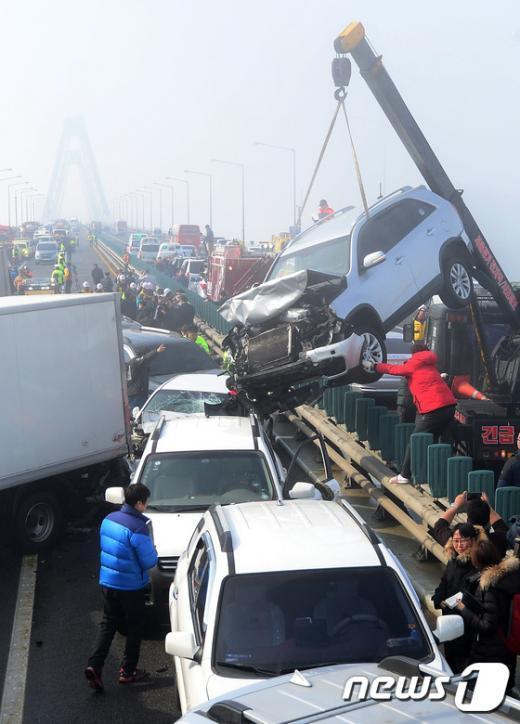 [사진]영종대교 106중 추돌사고, 뒤엉킨 차량들