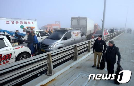 [사진]사고 현장 바라보는 외국인들