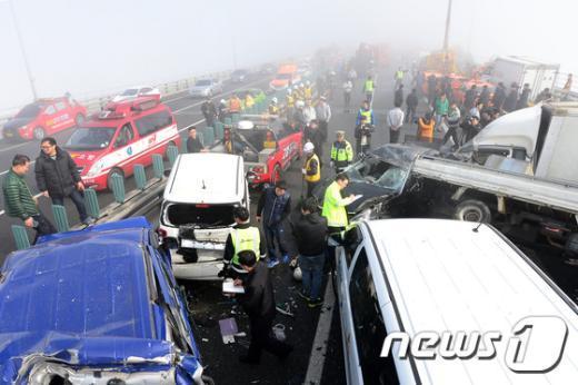 인천 영종대교에서 70중 추돌사고가 발생한 11일 사고 현장에 차량들이 뒤엉켜 있다. 인천 영종대교 70중 추돌사고는 영종대교 상부도로 인천국제공항 방면에서 서울 방향으로 달리던 차량들이 잇따라 추돌하면서 일어난 것으로 알려졌다. 사고는 가시거리 50m 미만의 짙은 안개 속에서 발생했으며 최초 4중 추돌로 시작된 사고는 시간이 지나면서 사고 차량을 미처 보지 못한 후속 차량의 추돌로 70중 대형사고로 이어졌다. 2015.2.11/뉴스1 © News1 민경석 기자