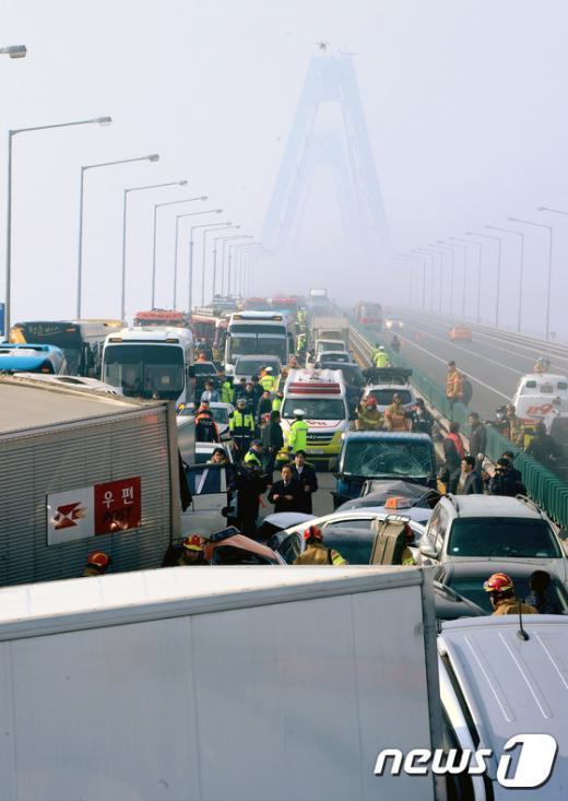 인천 영종대교 70중 추돌사고로 1명이 사망하고 30여명의 부상자가 발생한 11일 현장에 사고 차량들이 뒤엉켜 있다. 인천 영종대교 70중 추돌사고는 영종대교 상부도로 인천국제공항 방면에서 서울 방향으로 달리던 차량들이 잇따라 추돌하면서 일어난 것으로 알려졌다. 사고는 가시거리 50m 미만의 짙은 안개 속에서 발생한 것으로 알려졌다. 최초 4중 추돌로 시작된 사고는 시간이 지나면서 사고 차량을 미처 보지 못한 후속 차량의 추돌로 70중 대형사고로 이어졌다. 2015.2.11/뉴스1 © News1 박정호 기자