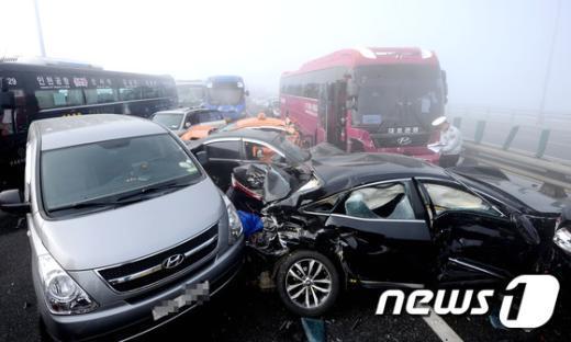 인천 영종대교에서 70중 추돌사고가 발생한 11일 사고 현장에 차량들이 뒤엉켜 있다. 인천 영종대교 70중 추돌사고는 영종대교 상부도로 인천국제공항 방면에서 서울 방향으로 달리던 차량들이 잇따라 추돌하면서 일어난 것으로 알려졌다. 사고는 가시거리 50m 미만의 짙은 안개 속에서 발생한 것으로 알려졌다. 최초 4중 추돌로 시작된 사고는 시간이 지나면서 사고 차량을 미처 보지 못한 후속 차량의 추돌로 70중 대형사고로 이어졌다. 2015.2.11/뉴스1 © News1 박정호 기자
