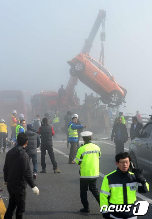 11일 인천 영종대교에서 연쇄 추돌사고가 발생한 현장에서 사고차량이 크레인으로 옮겨지고 있다. 2015.2.11/뉴스1 © News1 민경석 기자