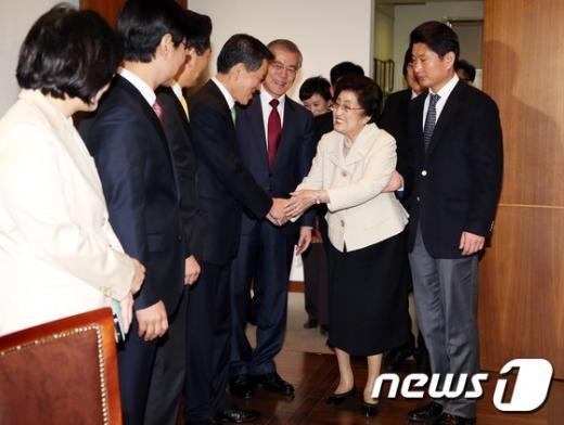 [사진]동교동 방문한 새정치민주연합 신임지도부