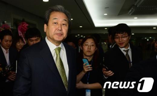 [사진]본회의 연기 관련 질문받은 김무성 대표