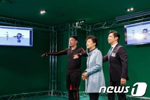 [사진]모션 스튜디오 둘러보는 박근혜 대통령