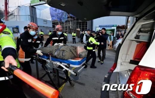 11일 오후 4시53분쯤 서울 동작구 사당동 사당종합체육관 신축 공사현장에서 천장이 무너지는 사고가 발생했다.  2015.2.11/뉴스1 © News1 송은석 기자