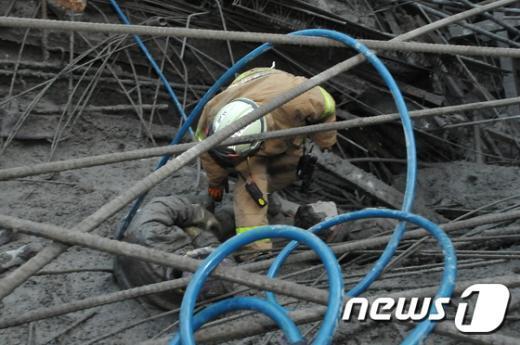 [사진]사당종합체육관 매몰 현장에서 구조되는 건설근로자